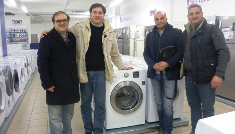 Rossano (CS) – La Fidelitas dona una lavatrice ad una famiglia alluvionata di Rossano