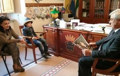 Rossano (CS): Il Commissario Aldo Lombardo riceve in Comune il piccolo attore Gianfranco Spina