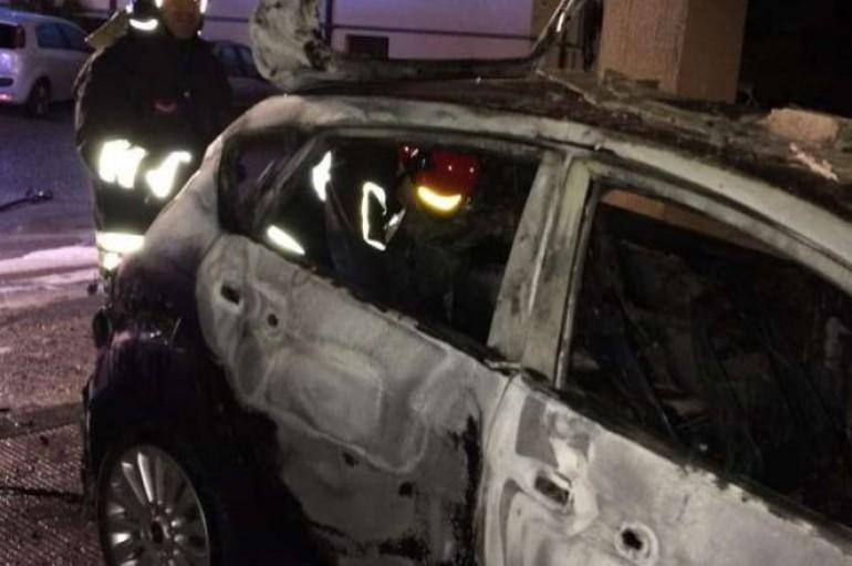 Catanzaro: Auto in fiamme in via Stretto Antico