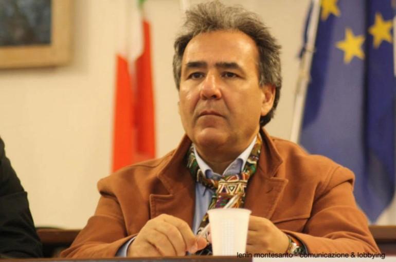 Amendolara, il sindaco Ciminelli si incatena per protesta