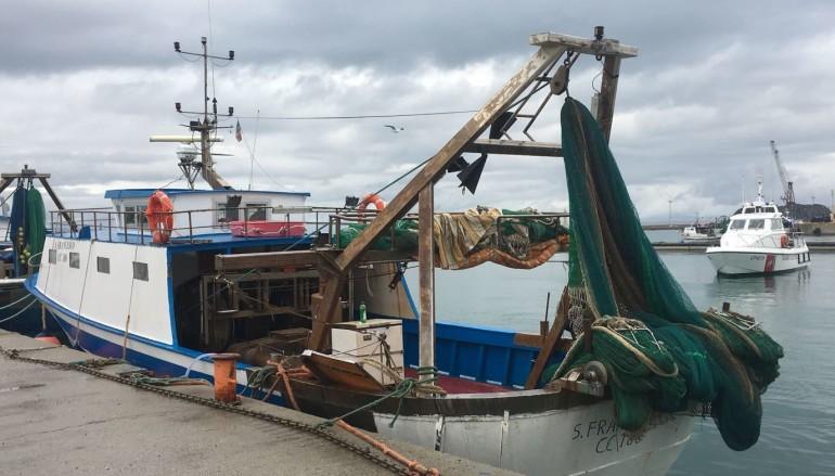 Corigliano: incendio in porto a bordo di un peschereccio, ma è un'esercitazione