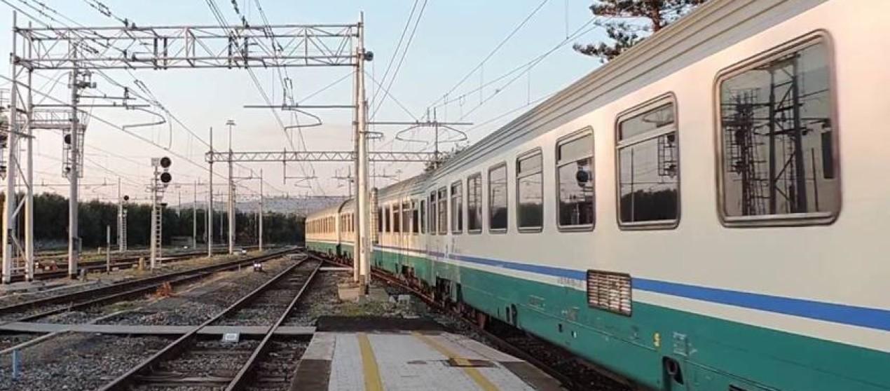 Ferrovia ionica crotonese lasciata con un misero trenino per prendere la Frecciarossa a Sibari
